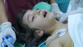 ESTAMBUL - TURQUÍA, AGOSTO DE 2015: operación de la cirugía del niño en hospital metrajes