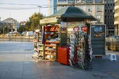 ESTAMBUL, TURQUÍA - AGOSTO 24,2015: Pequeña tienda para la venta de periódicos fotos de archivo