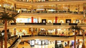 ESTAMBUL, TURQUÍA - 14 DE ABRIL DE 2018: Compras de IIstanbul Cevahir y centro de entretenimiento, el centro comercial más grande almacen de metraje de vídeo