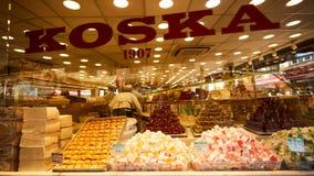 Estambul, Turquía - 1 de abril de 2017: Diferentes tipos de dulces del placer turco en el mercado de Koska Imagenes de archivo