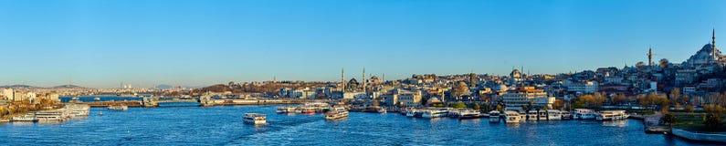 Estambul, Turquía - 1 de abril de 2017: Panorama del paisaje urbano del cuerno de oro con los edificios antiguos y modernos Foto de archivo libre de regalías
