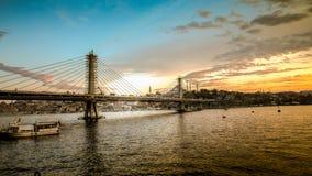 Estambul, Turquía - 13 de abril de 2013: Puente del metro a través del cuerno de oro en Estambul durante puesta del sol, Turquía Foto de archivo libre de regalías