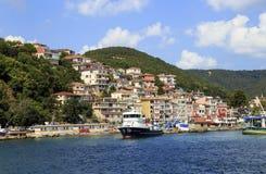 ESTAMBUL, TURQUÍA - 24 de agosto de 2015: Pequeña nave de la pesca en bosphorus Imagenes de archivo