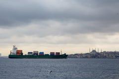 ESTAMBUL, TURQUÍA - 29 DE DICIEMBRE DE 2015: El buque de carga en el estrecho de Bosphorus en Estambul, basilicca/mezquita de Sop Fotos de archivo libres de regalías