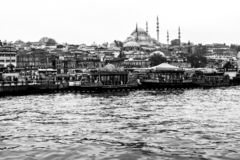 Estambul, Turquía - 6 de diciembre de 2014: La opinión de la mezquita de Suleymaniye del cuerno de oro, gente visita el café en b foto de archivo