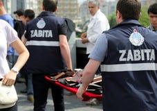 Estambul, Turquía - 10 de febrero de 2017: La policía municipal de la ciudad de Estambul agarra la propiedad de vendedores ilegal fotos de archivo
