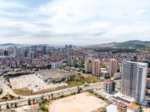 Estambul, Turquía - 23 de febrero de 2018: Opinión aérea del abejón de la urbanización imprevista Estambul Kartal Yakacik Real M1 Fotos de archivo