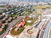 Estambul, Turquía - 23 de febrero de 2018: Opinión aérea del abejón Viaport Marina Roller Coaster Amusement Park Foto de archivo