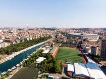 Estambul, Turquía - 23 de febrero de 2018: Opinión aérea Kadikoy Moda Kurbagalidere del abejón con el estadio Sukru Saracoglu de  Fotografía de archivo libre de regalías