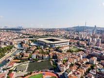 Estambul, Turquía - 23 de febrero de 2018: Opinión aérea Kadikoy Moda Kurbagalidere del abejón con el estadio Sukru Saracoglu de  Foto de archivo