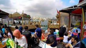 ESTAMBUL, TURQUÍA - 9 DE JUNIO DE 2015: La gente que tiene pescados adentro en los barcos tradicionales del bocadillo de los pesc almacen de metraje de vídeo