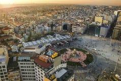 ESTAMBUL, TURQUÍA - 8 DE JUNIO: Monumento de la república de la visión panorámica en el cuadrado de Taksim el 8 de junio de 2011  fotografía de archivo