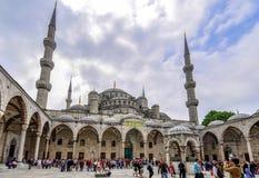 Estambul, Turquía - 16 de mayo de 2012: patio de la mezquita de Sultan Ahmet Blue Mosque, Estambul, Turquía imagenes de archivo