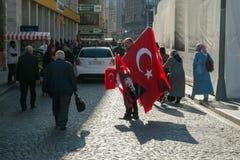 Estambul, Turquía - 4 de noviembre de 2015: El viejo hombre vende banderas grandes turcas en las calles de Estambul Foto de archivo libre de regalías