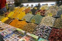 Estambul, Turquía - 4 de noviembre de 2015: Escaparate con las especias y el té en el bazar magnífico en Estambul Foto de archivo
