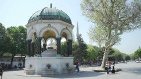 ESTAMBUL, TURQUÍA, EL 3 DE JUNIO DE 2017: Opinión alemana de la fuente en el cuadrado de Sultanahmet metrajes