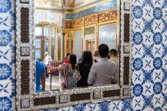 Estambul, Turquía, el 22 de septiembre , 2018: Los espejos con los turistas reflejaron en ellos en el palacio de Topkapi imagen de archivo libre de regalías