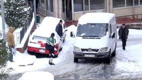 ESTAMBUL, TURQUÍA - FEBRERO DE 2015: Coche pegado, haciendo girar, calles nevosas almacen de video