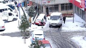 ESTAMBUL, TURQUÍA - FEBRERO DE 2015: Coche pegado, haciendo girar, calles nevosas metrajes
