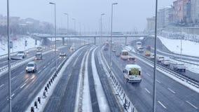 ESTAMBUL, TURQUÍA - FEBRERO DE 2015: Tráfico de la carretera en día nevoso metrajes