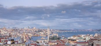 Estambul, Turquía 10-November-2018 Panorama de la ciudad de Estambul y de algunas señales: mezquita, torre del galata y río azule foto de archivo