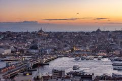 Estambul, Turquía 12-November-2018 Río de Bosphorus, puente de Galata y Haya Sofia después de la puesta del sol fotografía de archivo