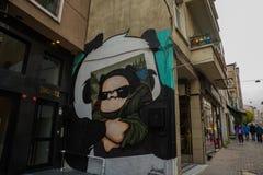 ESTAMBUL, TURQUÍA: Pintada hermosa en la pared en la calle en la ciudad Dibujo de Mona Lisa y de la panda en la pared foto de archivo