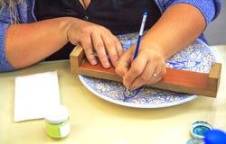 Estambul, Turqu?a 17 de mayo - 2016: Pintado a mano un plato turco foto de archivo