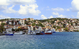 ESTAMBUL, TURQUÍA - 24 de agosto de 2015: Pequeña nave de la pesca en bosphorus Imagen de archivo
