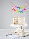 Estamenha colorida branca do bolo de aniversário Fotografia de Stock