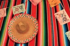 Estamenha da decoração do de Mayo do cinco da festa do fundo do crânio do sombreiro do poncho de México Imagem de Stock Royalty Free