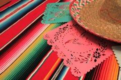 Estamenha da decoração do de Mayo do cinco da festa do fundo do crânio do sombreiro do poncho de México Foto de Stock