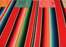 Estamenha da decoração do de Mayo do cinco da festa do fundo do crânio do sombreiro do poncho de México Fotografia de Stock