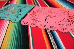 Estamenha da decoração do de Mayo do cinco da festa do fundo do crânio do sombreiro do poncho de México Imagem de Stock