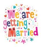Estamos consiguiendo casados casandose la tarjeta de la invitación que ponen letras al texto decorativo Imagenes de archivo