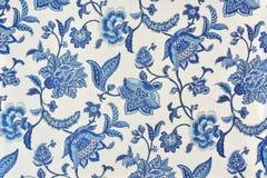 Estampado de flores adornado azul en el mantel blanco del algodón Fotografía de archivo libre de regalías