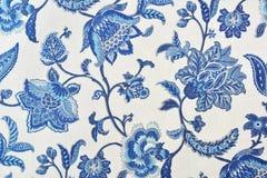 Estampado de flores adornado azul en el mantel blanco del algodón Fotos de archivo