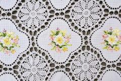 Estampado de flores adornado multicolor en el tablecl blanco del cordón del algodón Imagenes de archivo