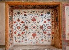 Estampado de flores de frescos que desmenuzan en el lugar de frescos antiguos en las paredes del palacio histórico en Irán Fotos de archivo libres de regalías