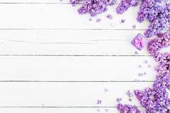 Estampado de flores de las ramas de la lila, del pétalo y de la caja rosada para los peldaños en fondo de madera Endecha plana, v Imagen de archivo libre de regalías