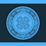 Estampado de flores decorativo en una placa azul Imagenes de archivo