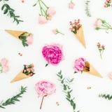 Estampado de flores de peonías, de los pétalos de rosas, del eucalipto y de los conos rosados de la galleta en el fondo blanco En imagenes de archivo