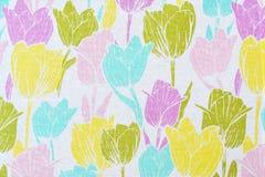 Estampado de flores de tulipanes multicolores en una tabla blanca del algodón Fotos de archivo libres de regalías