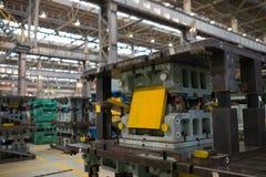 Estampillage des lignes dans une usine de voiture, presse hydraulique images stock