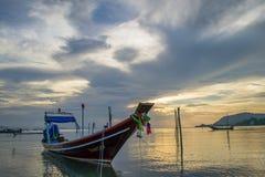 Estancia de los barcos de pesca en la playa Foto de archivo libre de regalías