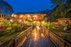 Estancia de madera del hogar de la cabaña en el crepúsculo en Sukhothai, Tailandia imágenes de archivo libres de regalías