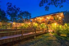 Estancia de madera del hogar de la cabaña en el crepúsculo en Sukhothai, Tailandia fotografía de archivo