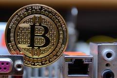 Estancia de oro del bitcoin en la placa madre del ordenador Fotografía de archivo