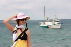 Estancias de la muchacha en ondas del mar Imagen de archivo