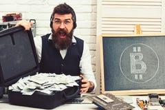 Estando abierto al bitcoin Inconformista barbudo con s?mbolo y los d?lares del bitcoin De los billetes a la moneda crypto Bitcoin imágenes de archivo libres de regalías